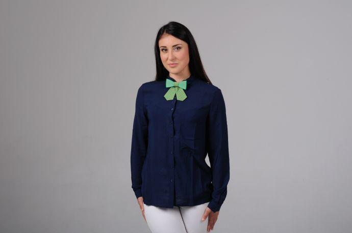 Frau trägt Tropicana Damenfliege
